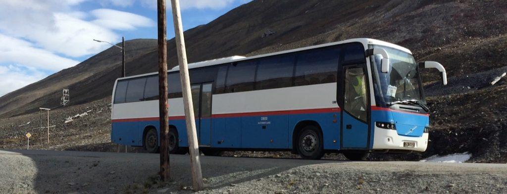 Auf dem Weg in eine fossilfreie Zukunft Dank Divestment? Bus auf Spitzbergen. (Foto: Bomsdorf)