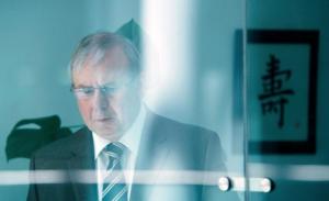 Vertickt Lehman-Zertifikate: Sparkassenberater Arno Breuer (Joachim Król). (Foto: HR/AVE Publishing / Dominik Berg).