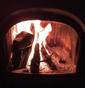 Schönes Feuer, aber der Dreck! Kohle ist auch nicht sauber. (Foto: Bomsdorf)